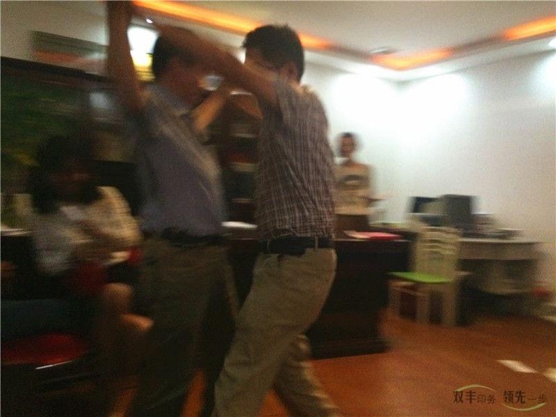 河南印刷厂六月启动大会两个舞王当场起舞