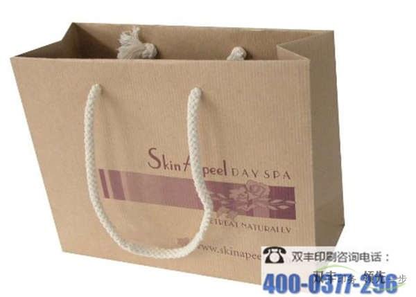 6,安装,印刷产品通常是安装后的第一个黏合,但这是第一次黏合花后安装,怕包装纸,礼品盒两个是关于整体外观,礼品纸必须是手工制作,它可以达到一定的外观。手提袋印刷主要泛指商业用纸制手提袋、塑料手提袋、产品包装附属手提袋等一类采用材质不同、但都起到装置物品、对外宣传功能的袋状印刷品。更多的广告价格尽在双丰印务官方网站。